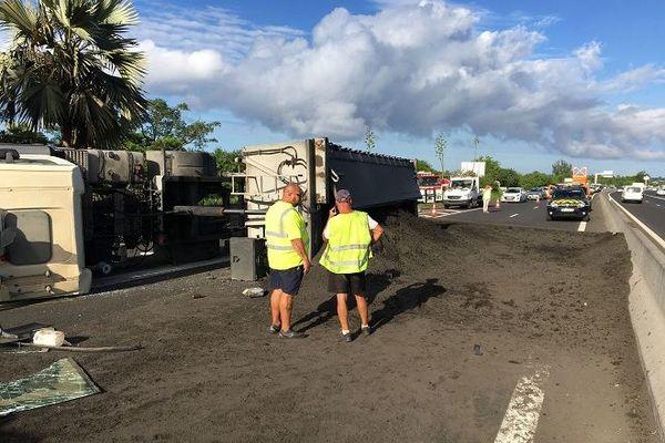 Un camion s'est renversé, ce mardi 17 décembre, sur la quatre-voies au niveau de l'échangeur du Gol à Saint-Louis.