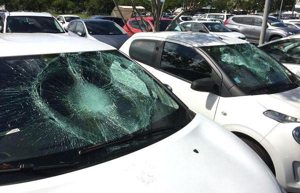Parking de l'aéroport de Tontouta, vitres brisées, lundi 23 mars 2020