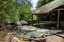 Le carbet effondré au lendemain du drame de Saut-Maripa