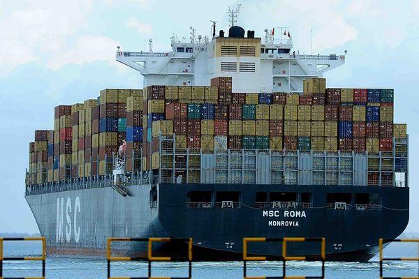 Porte conteneurs en partance du port de Colombo au Sri Lanka