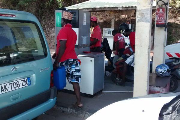 Afflux à la station d'essence de Pamandzi