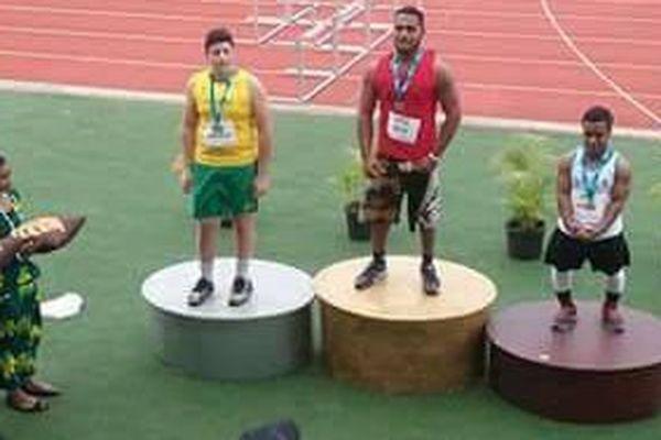 Falemanu Aveuki en haut du podium