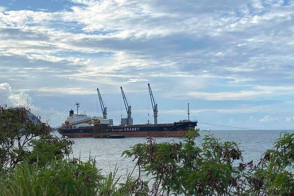 Minéralier empêché de charger le minerai le 4 mars 2020 en baie de Thio