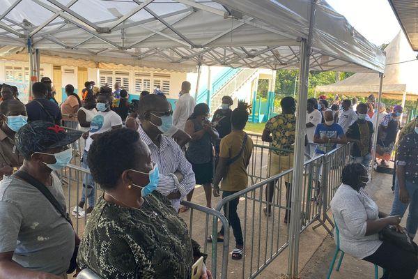 File d'attente à l'école Gérard Amayota bureau de vote n1 d'Apatou