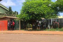 Des lycéens qui attendent leur évacuation (Kahani)
