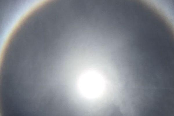 Halo arc-en-ciel autour du soleil Saint-Martin