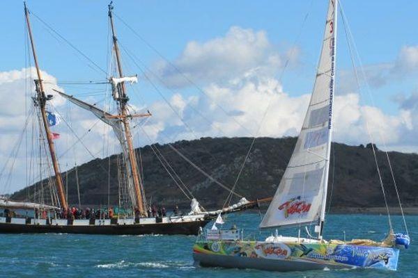 A quelques minutes du départ, Eric Baray devant la Recouvrance, le bateau comité
