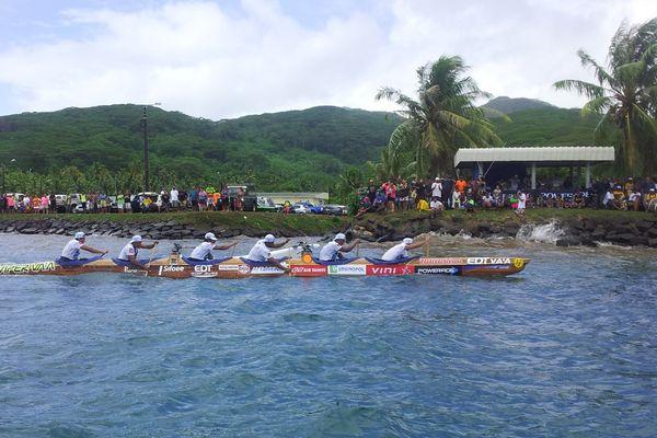 EDT en train de passer la ligne d'arrivée de la 2ème étape de la Hawaiki Nui va'a 2013 Raiatea - Tahaa, le 07 11 2013