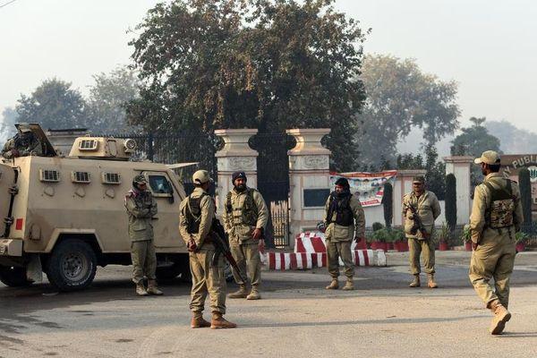 Des soldats pakistanais montent la garde devant l'école de Peshawar