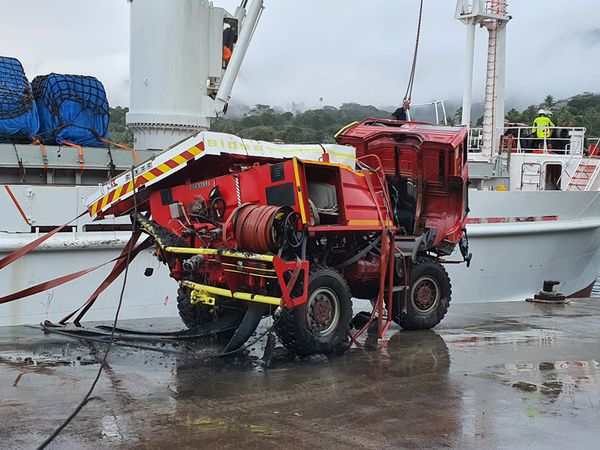 Hiva Oa : tombé à l'eau, le camion des pompiers a été récupéré