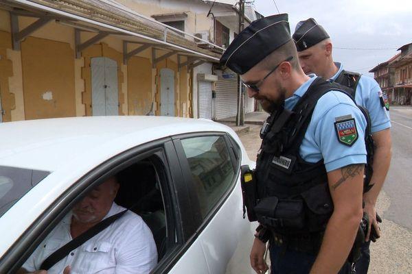 Vérification auprès d'un conducteur de l'attestation de déplacement Gendarmes de Saint-Laurent