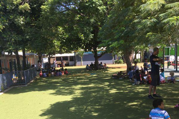 Saint-Pierre : les enseignants font cours dehors