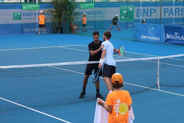 Noah Rubin (en noir) jouera contre Gleb Sakharov en demi-finale. Il a battu Moutet en trois sets.