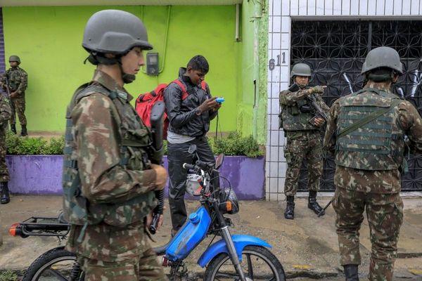 Des soldats brésiliens dans les rues de Fortaleza, dans l'Etat de Ceara, le 22 février.