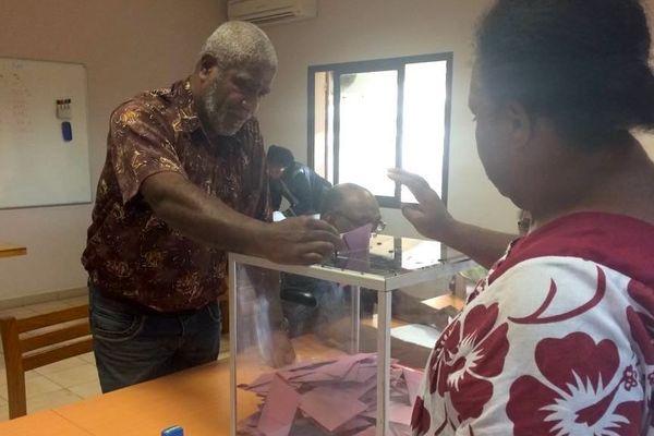 Election à Sarraméa, Alexandre Nemebreux au bureau de vote