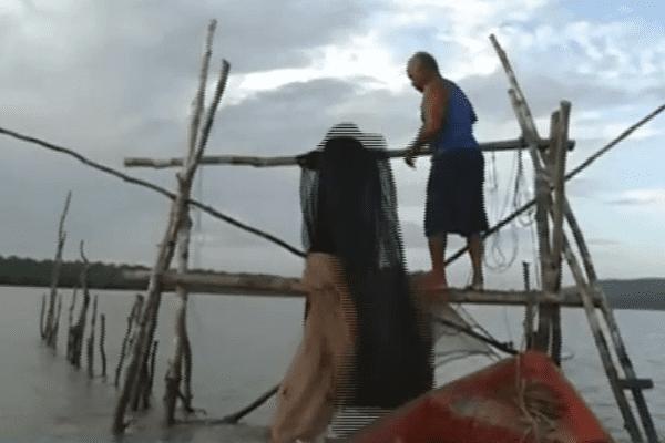 Barrières chinoises dans l'estuaire de la rivière de Cayenne