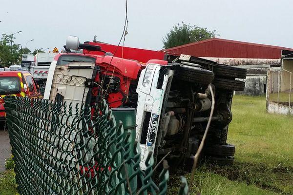 Camion de pompier renversé