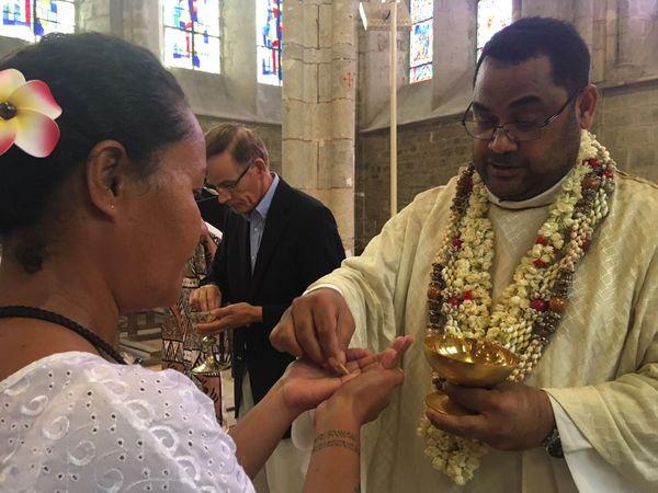 Le père Lafaele lors de la messe de l'Assomption à Sermaises (Loiret)