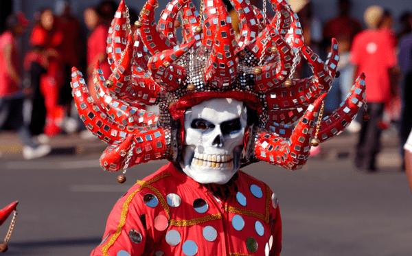 Diable rouge dans les rues de Fort-de-France en 2005