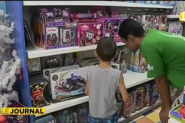 Noel : le rush dans les magasins pour les retardataires