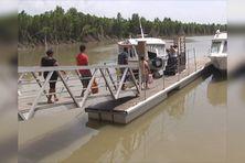 Navette fluviale en 2010, la circulation du pont de Cayenne alors suspendue
