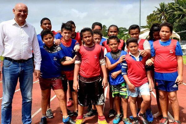 Bernard Laporte et des jeunes rugbymen