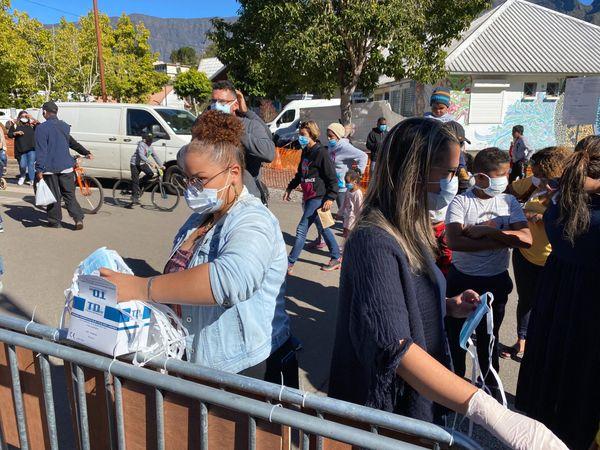 Distribution de masques au marché forain de Cilaos