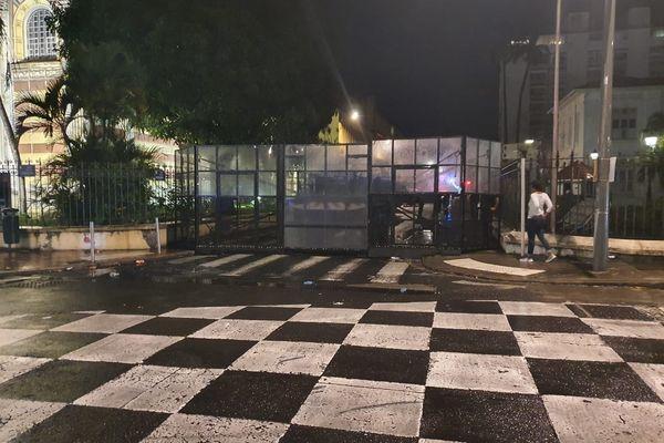 Grilles devant la préfecture