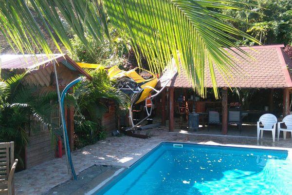 Un hélicoptère tombé dans le jardin