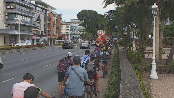 A vélo dans la ville, des jeunes roulent contre la violence