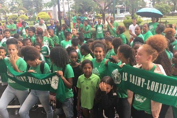 Les joueurs de la Saint-Louisienne manifestent devant la mairie, avant le conseil municipal.