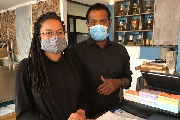 Dorinne et Thomas, responsable de salle et barman à la Ti Case Créole (Paris 14)