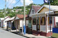 Rue traversant un village à Sainte-Lucie.