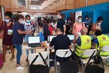 La Croix Blanche, la Sécurité Civile (état-major de zone), les personnels de l'ARS, d'Air France, et la Police aux frontières accueillent les passagers en provenance des Antilles.