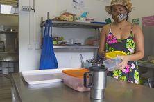 Désormais, Hinauri travaille dans le snack familial. Elle a provisoirement arrêté ses études en France, à cause de la situation sanitaire.