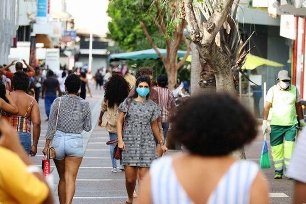 La Réunion tente de freiner la vague épidémique de covid-19.
