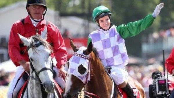 2015: Michelle Payne est devenue la toute première femme jockey à remporter la Melbourne Cup, sur le dos de Prince of Penzance. (Reuters: Hamish Blair)
