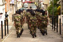 Les militaires du RSMA (Régiment du Service Militaire Adapté) de Martinique défilent sur la voie publique