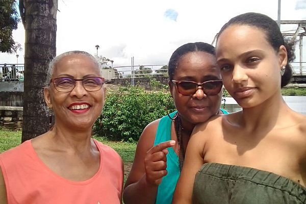 Alicia avec sa mère et sa grand-mère