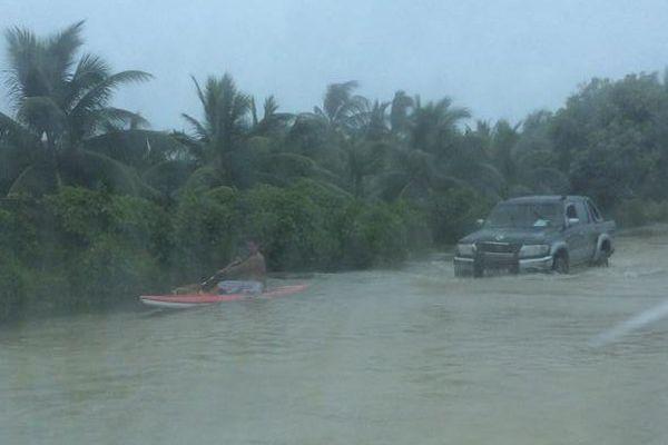 Insolite : des vaa sur les routes de Rangiroa