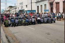 À Cuba les forces de l'ordre affrontent les manifestants.
