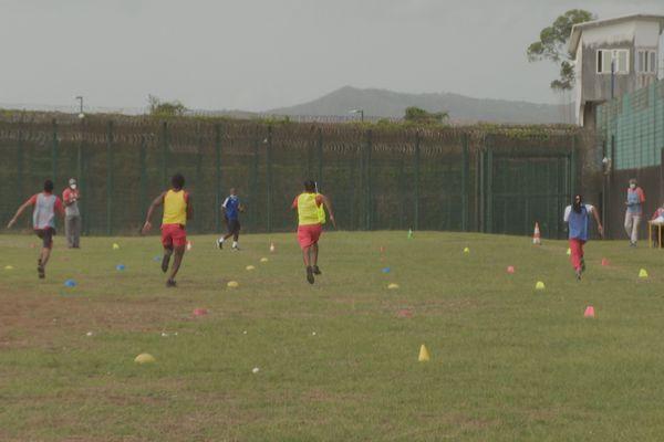 Sport sur la pelouse de la prison de Ducos