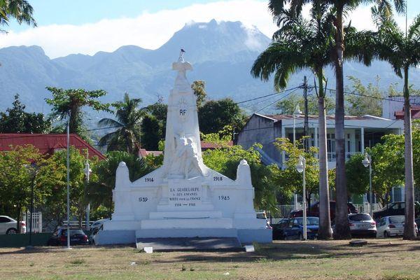 Monument aux morts de Basse-Terre, sur la place des Champs d'Arbaud, avec la Soufrière en arrière plan