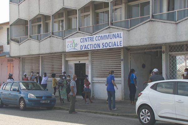 Les gens en attente devant le Centre communal d'action sociale