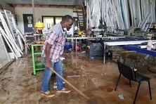 Alexandre Faresco nettoie son atelier inondé