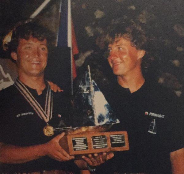 Les frères Bourgnon remportent la Transat Jacques Vabre en 1997. Yvan, à droite regarde fièrement son petit frère Laurent.