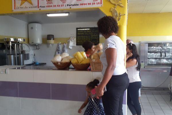 Les clients attendent pour leur jus de comou