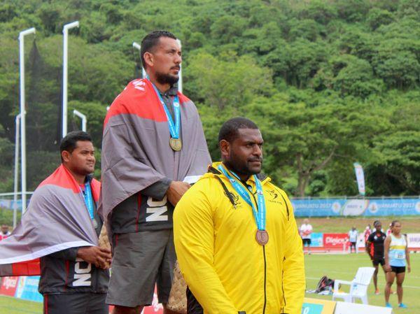 Mini Jeux du Pacifique : Erwann Cassier en or au marteau devant un autre Cagou, Petelo Toto, et le Papou Paraka (13 décembre 2017)