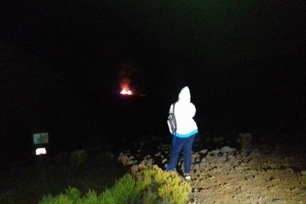 Des centaines de personnes ont assisté de nuit à l'éruption du Piton de la Fournaise.