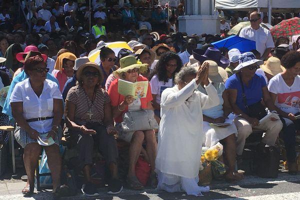 Des milliers de fidèles assistent à la messe de la Salette à Saint-Leu.